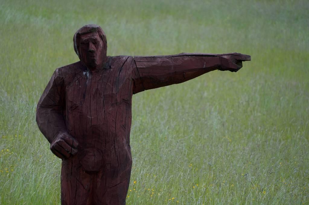 Skulptur im Garten - zu den Tassen