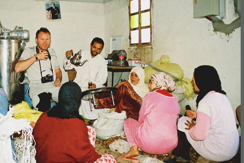 Herbata z właścicielem i pracownicami cooperative'a, w którym produkuje się olej arganowy