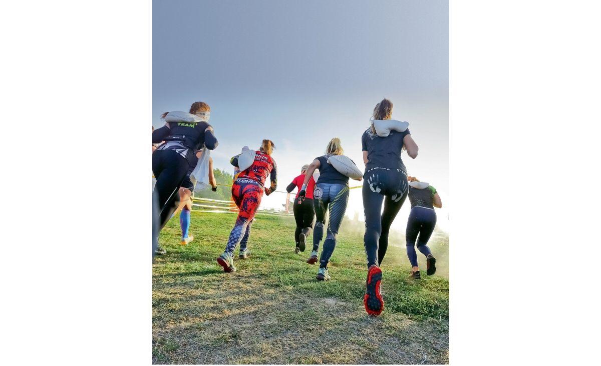 Runmageddon to inaczej bieg przeszkodowy. Wielu uczetnikom pomaga pokonać trudności życiowe. (Fot. Igor Kohutnicki)