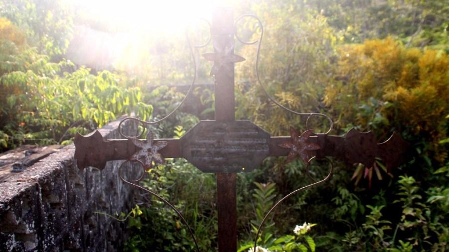 Ein starker Gegensatz zu Virgen de Lourdes in Lima: Ein Friedhof auf dem Land.