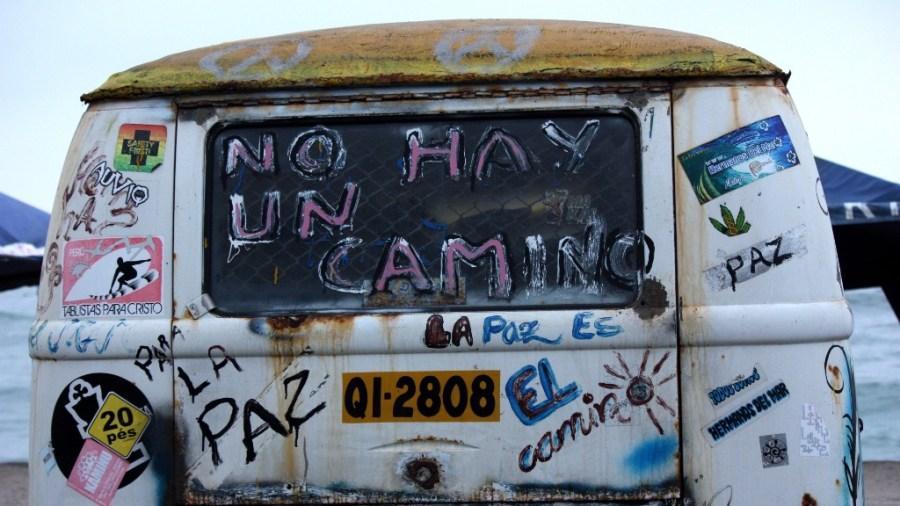 """""""Es gibt keinen Weg"""". Ein ausrangierter VW-Bus fungiert als Surfboardlager und Kunstwerk an der Costa Verde in Lima."""