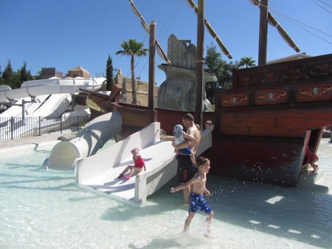 Piraten-Schiff mit Kinder-Rutsche