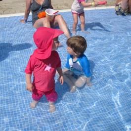 ...doch im Pool fand es vor allem Wildfang auch toll. Die Kleine ist sehr wasserscheu gewesen und konnte sich mit dem kühlen Nass nicht so recht anfreunden.