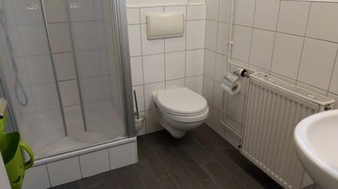 Das Badezimmer mit Dusche