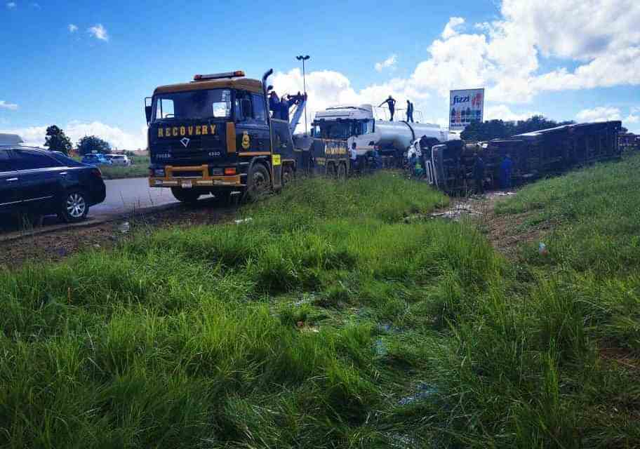PICTURES: Motorists abandon journeys, park cars to steal fuel from an overturned tanker