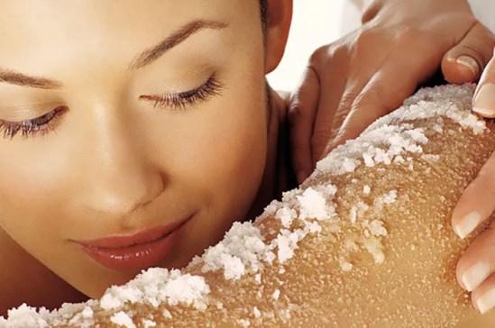 , السكر وزيت جوز الهند لتقشير البشرة الجافة.. صنفرة طبيعية للجسم