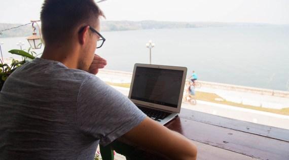 Praca w podróży - widok na jezioro i można działać