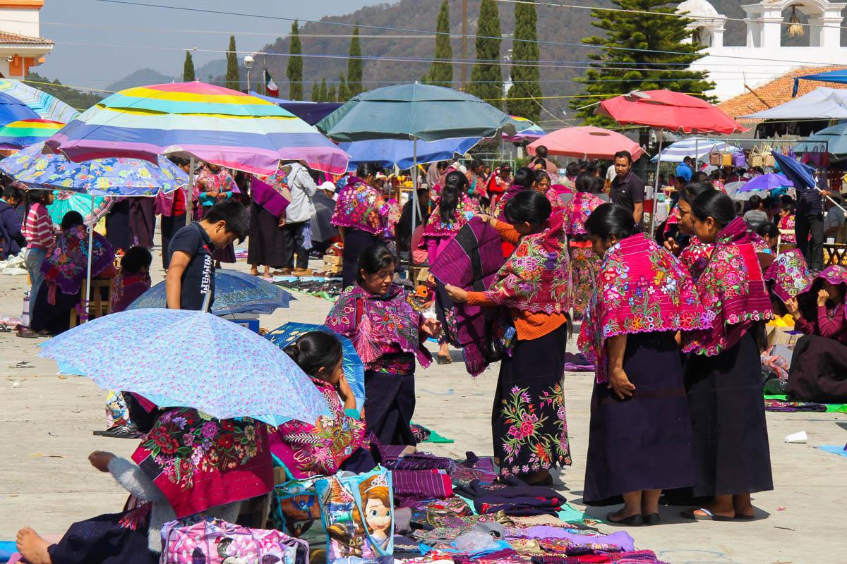Kolorowe targi wokolicy San Cristobal