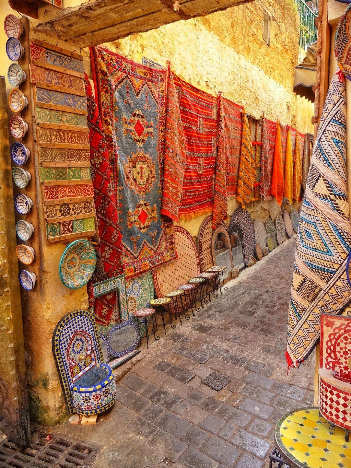 Dywany sprzedawane na ulicy w Fezie
