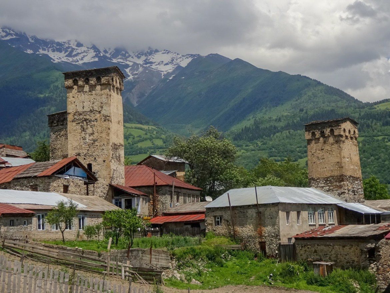 Mestia Gruzja Wieże Swanetia Góry Co zwiedzić i zobaczyć w Gruzji