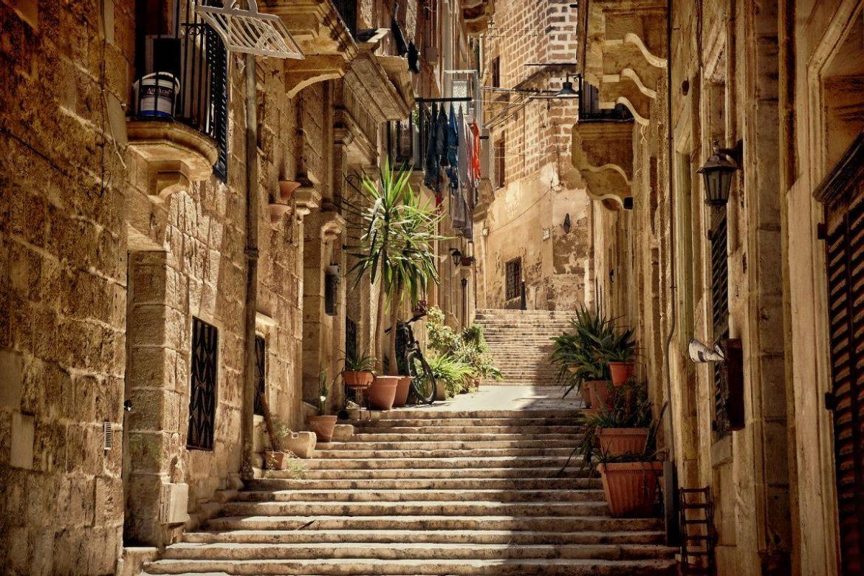 Klimatyczne uliczki starego miasta w Birgu