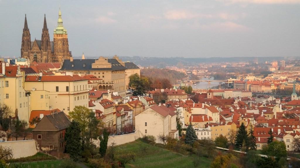 Panorama Pragi ze wzgórza na Strahovie