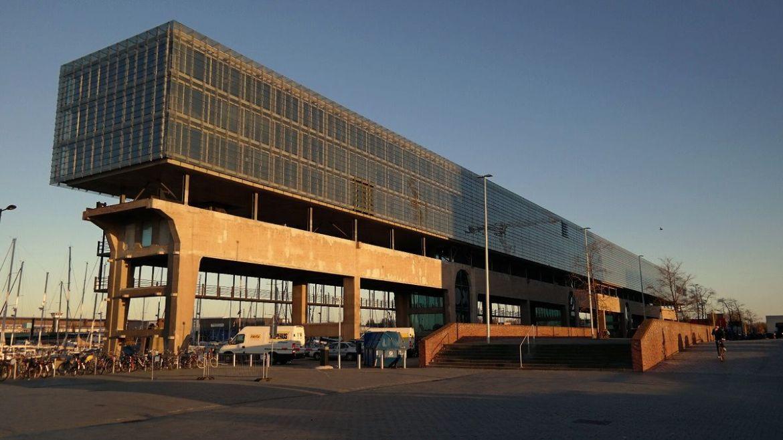 Ciekawy budynek biurowca w NDSM