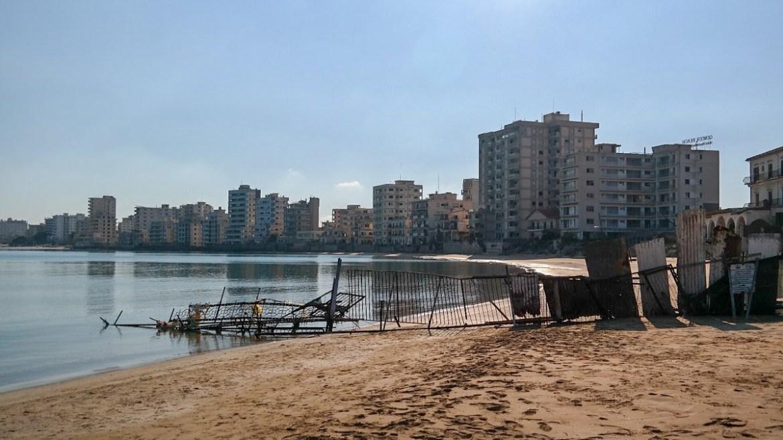 Vasosha plaża Famagusta strefa buforowa ONZ opuszczone hotele abbandoned places hotels co zwiedzic na cyprze blog strefa zamknięta