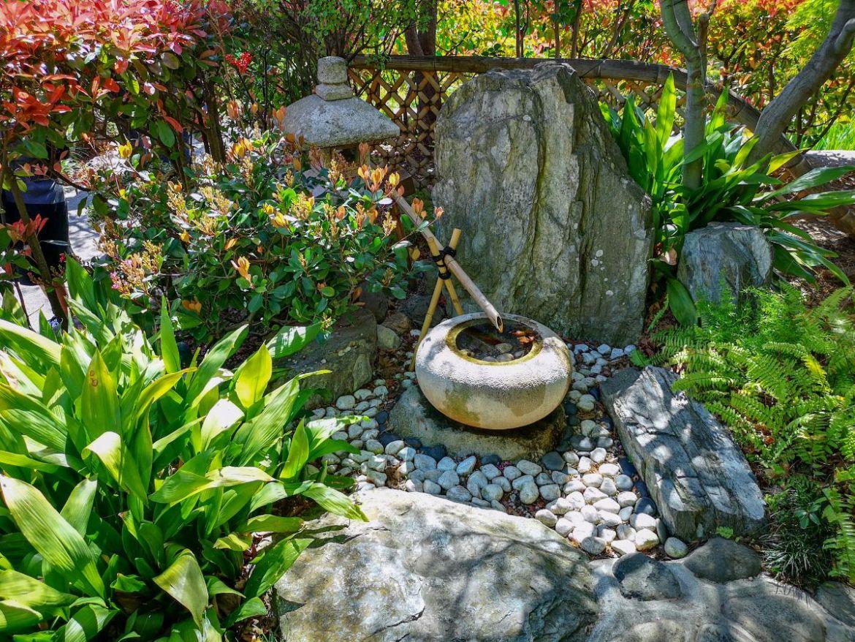 ogród japoński woda strumyk