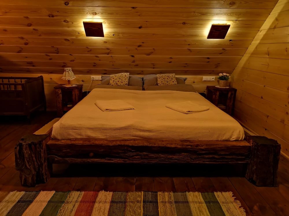 nocleg chata w puszczy ostoja dębosze miejsca z duszą blog podróżniczy łóżko