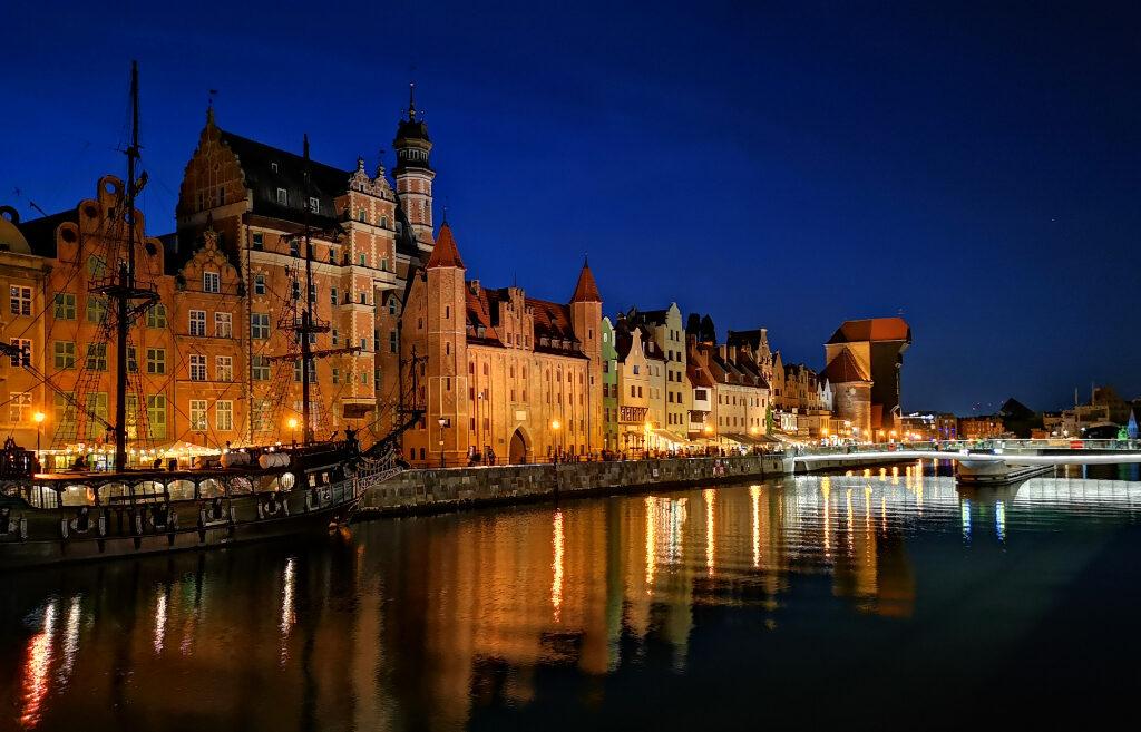 długie pobrzeże gdańsk nocą