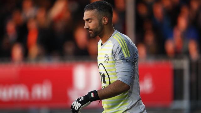Kiper Almere City Etemadi mendapat makian  atas kesalahan-kesalahan penting di babak play-off