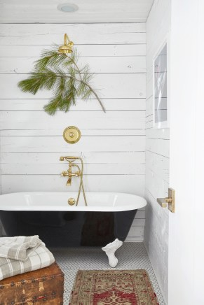 Minimalist Bathroom Winter Decoration Ideas 46