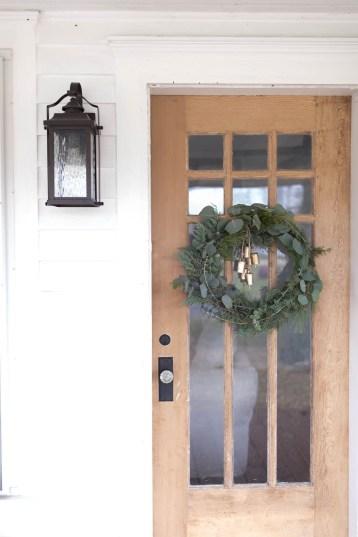 Lovely Farmhouse Christmas Porch Decor And Design Ideas 25