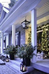 Lovely Farmhouse Christmas Porch Decor And Design Ideas 28