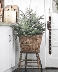 Lovely Farmhouse Christmas Porch Decor And Design Ideas 30