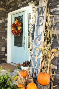 Lovely Farmhouse Christmas Porch Decor And Design Ideas 40