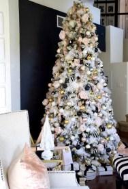 Minimalist Christmas Tree Ideas For Living Room Décor 15
