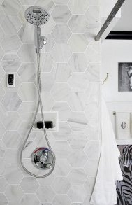 Outstanding Bathroom Makeovers Ideas For Small Space11