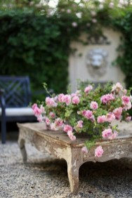 Brilliant French Country Garden Décor Ideas21