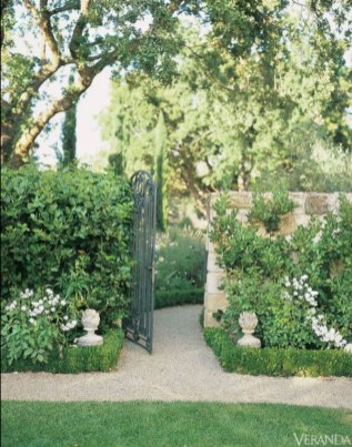 Brilliant French Country Garden Décor Ideas33