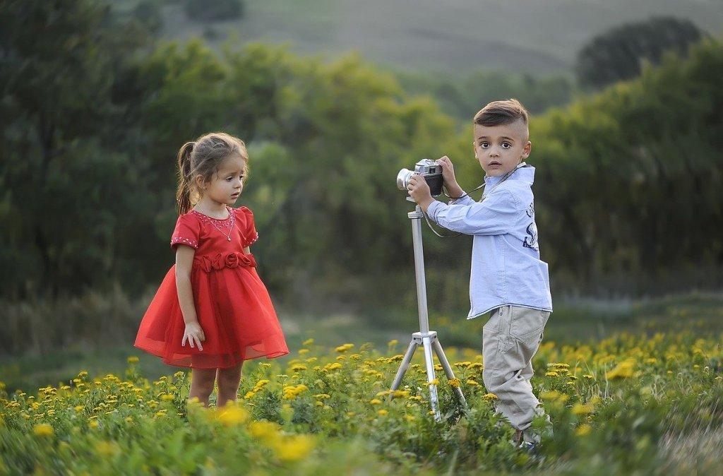 Niños en la naturaleza aprencdiendo a cuidarla