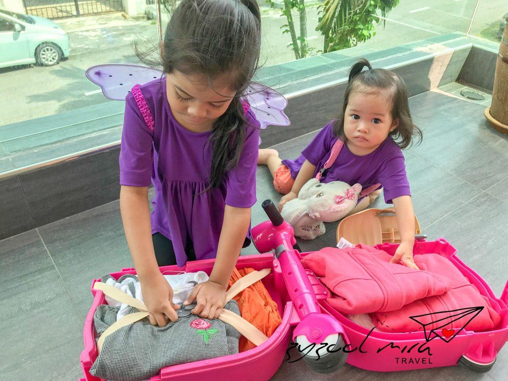Ayra dan Afya sedang memasukkan pakaian mereka ke dalam Skoot